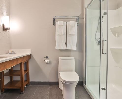 salle de bains comfort inn & suites saint-jérôme